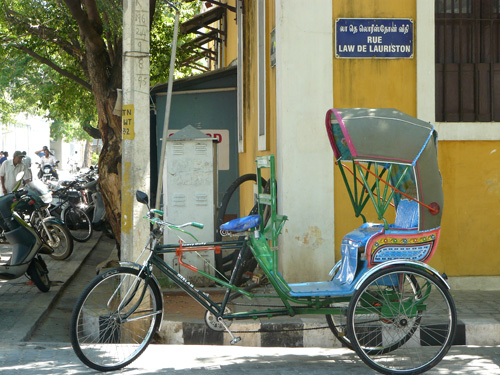 Un colorido rickshaw, mientras el conductor descansaba en Pondicherry, la India
